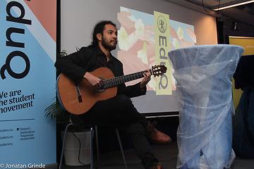 Kevin Martinez, spelar gitarr på scenen. Roll up med texten